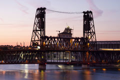 Stahlbrücke am Sonnenuntergang in Portland Oregon Stockbilder
