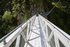 Stahlbrücke, welche die Leutasch Schlucht, Deutschland kreuzt Stockfotografie