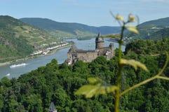 Stahleck和葡萄园有河的莱茵河在德国 免版税图库摄影