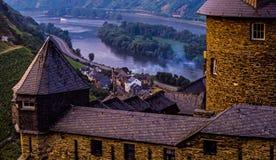 Stahleck-Schloss auf dem Mosel-Fluss in Deutschland Stockfotos