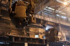 Stahlerzeugungschöpflöffel auf dem Kran, der am Stahltausendstel hängt Lizenzfreie Stockfotos