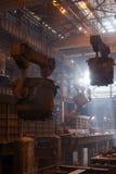 Stahlerzeugungschöpflöffel auf dem Kran, der am Stahltausendstel hängt Lizenzfreies Stockbild