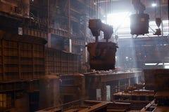 Stahlerzeugungschöpflöffel auf dem Kran, der am Stahltausendstel hängt Lizenzfreie Stockfotografie