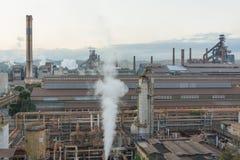 Stahlfabrik und Schornsteine lizenzfreies stockfoto