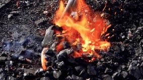 Stahlfertigung des brennenden Feuers des Schmiedeschmiedens stock video