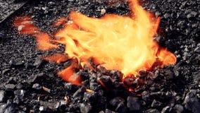 Stahlfertigung des brennenden Feuers des Schmiedeschmiedens stock footage