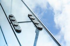 Stahlfestlegung mit Bolzen für Glasfenster Stockbilder