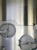 Stahlgärungsbehälter für Wein. Stockbilder