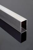 Stahlgefäß auf schwarzer Oberfläche Stockfoto