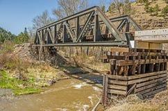 Stahlgestellbrücke über Fluss Stockfotos