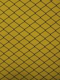 Stahlgitter auf einem gelben Hintergrund Stockfotos