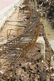 Stahlgitter des Baus strahlt neben dem Abzugsgraben im Betrug Stockbilder