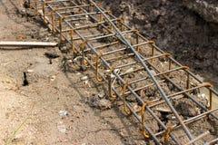 Stahlgitter des Baus strahlt neben dem Abzugsgraben im Betrug Stockfotografie