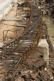 Stahlgitter des Baus strahlt neben dem Abzugsgraben im Betrug Stockbild