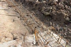 Stahlgitter des Baus strahlt neben dem Abzugsgraben im Betrug Lizenzfreie Stockfotografie