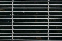 Stahlgitter des Kanaldeckelaufgabenabflusses Stockbilder