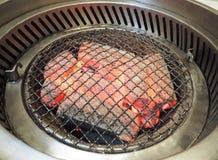 Stahlgitter für das Grillen des Lebensmittels auf heißer Holzkohle Stockbilder