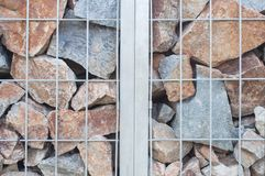 Stahlgrill mit Steinwandhintergrund Stockfotos
