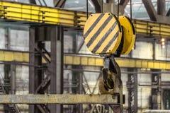 Stahlhaken mit einer Durchquerung des industriellen Laufkrans stockfoto