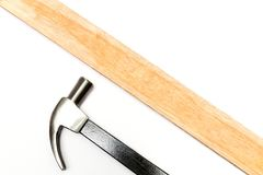 Stahlhammer und hölzerne Platte stockfotografie