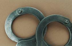 Stahlhandschellen der speziellen Ausrüstung der Polizei, Fesseln stockfotos