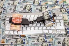 Stahlhandschellen, Rollen von russischen Rubeln und Dollar Stockbild