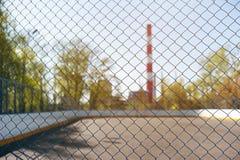 Stahlineinander greifen betrachten Sie den Spielplatz Ökologie und Sport Spielen des Sports in der Stadt Lizenzfreies Stockbild
