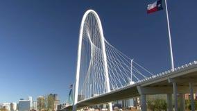 Stahlkabel-Brücke mit Texas Flag And Dallas Skyline