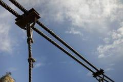 Stahlkabelstruktur, Hintergrund des blauen Himmels stockfotografie