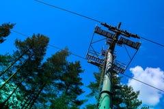 Stahlkabelweisen-Turmbau, blauer Himmel auf dem Hintergrund Stockfoto