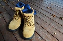 Stahlkappe bedeckte die Arbeitsschuhe und Socken mit einer Kappe, die DIY oder Haupterneuerung darstellen lizenzfreies stockfoto