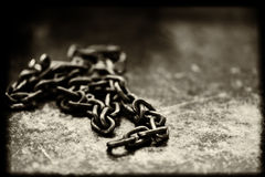 Stahlkette angebracht mit schwarzem Fleck Stockfotos