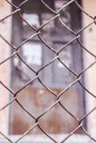 Stahlkettenglied oder Maschendraht als Grenzmauer Es gibt Tür hinter der Masche Lizenzfreies Stockfoto