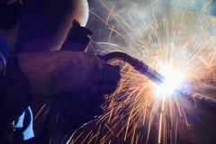 Stahlkonstruktion des Schweißers in der Werkstatt Lizenzfreie Stockfotos
