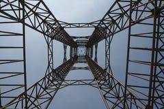Stahlkonstruktion des Turms auf dem Hintergrund des blauen Himmels so hoch und hoch lizenzfreie stockfotos
