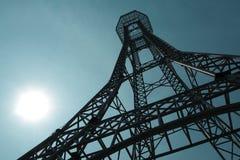 Stahlkonstruktion des Turms auf dem Hintergrund des blauen Himmels so hoch und hoch stockfoto