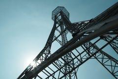 Stahlkonstruktion des Turms auf dem Hintergrund des blauen Himmels so hoch und hoch lizenzfreies stockfoto
