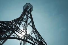 Stahlkonstruktion des Turms auf dem Hintergrund des blauen Himmels so hoch und hoch lizenzfreies stockbild
