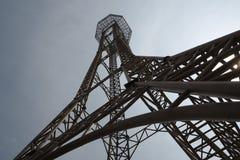 Stahlkonstruktion des Turms auf dem Hintergrund des blauen Himmels so hoch und hoch stockfotografie