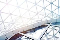 Stahlkonstruktions-Geometriebau des Dachs mit Himmel stockbild