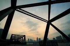 Stahlkonstruktionsbrücke Stockfotos