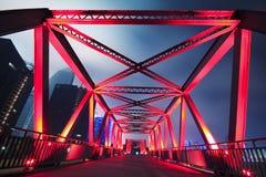 Stahlkonstruktionsbrückennahaufnahme an der Nachtlandschaft Stockbilder