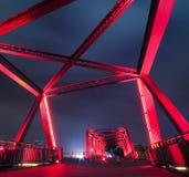 Stahlkonstruktionsbrückennahaufnahme an der Nachtlandschaft Lizenzfreie Stockbilder