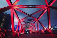 Stahlkonstruktionsbrückennahaufnahme an der Nachtlandschaft Stockfoto