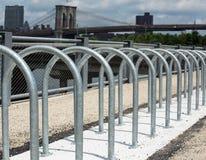 Stahlkreis zum Parken von Fahrräder, Brooklyn-Brücke, NYC Stockfoto