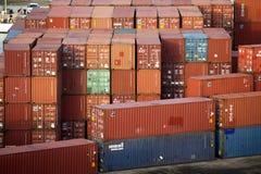 Stahlladung-Behälter auf Dock Lizenzfreie Stockfotos