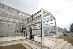 Stahllichtstrahlverbindung und Aluminium subconstruction Lizenzfreie Stockfotografie