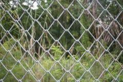 Stahlmaschendraht mit Naturhintergrund Lizenzfreie Stockbilder