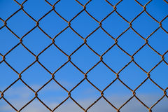 Stahlmaschendrahtzaun und blauer Himmel Stockbilder