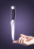 Stahlmesser balancierte auf dem Finger über purpurrotem strukturiertem Hintergrund vektor abbildung